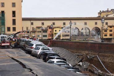 Firenze sprofonda argine